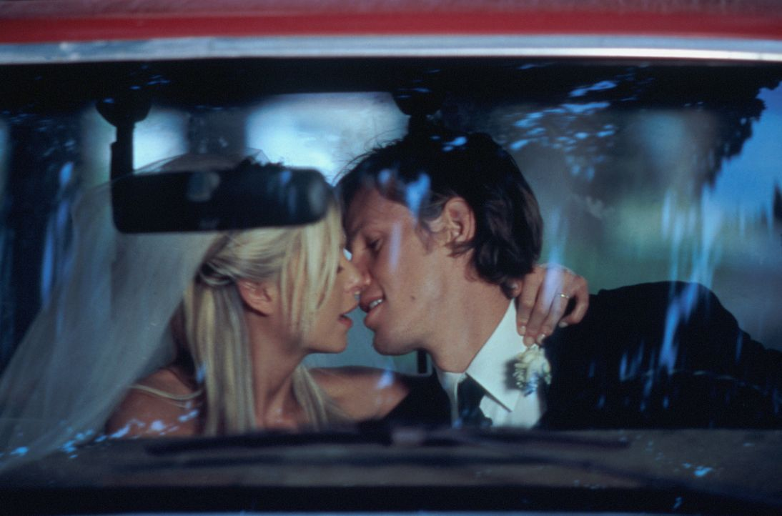 Als die wohlhabende Julianne (Tara Reid, l.) Mitch (Kip Pardue, r.) kennen lernt, heiratet sie ihn Hals über Kopf, weil er all das zu sein scheint,... - Bildquelle: Splendid Pictures