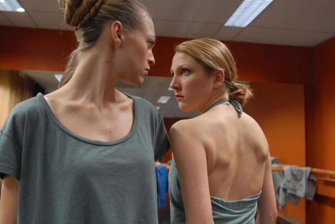 """Ein harter Konkurrenzkampf: Sowohl Anna (Julie Engelbrecht, l.) als auch Isabel (Nikola Kastner, r.) wollen die Hauptrolle der """"Carmen"""" ergattern. S... - Bildquelle: SAT.1"""