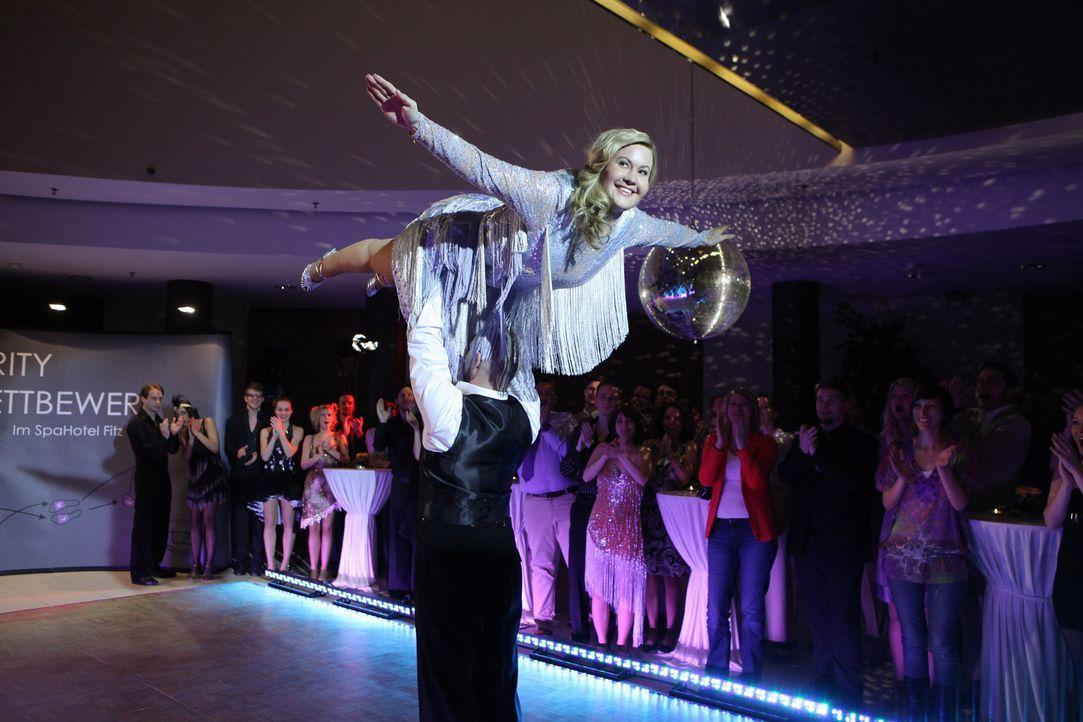 Rocken die Tanzfläche: Oleg (Bürger Lars Dietrich, unten) und Jessica/Marie (Wolke Hegenbarth, oben) ... - Bildquelle: Petro Domenigg SAT.1