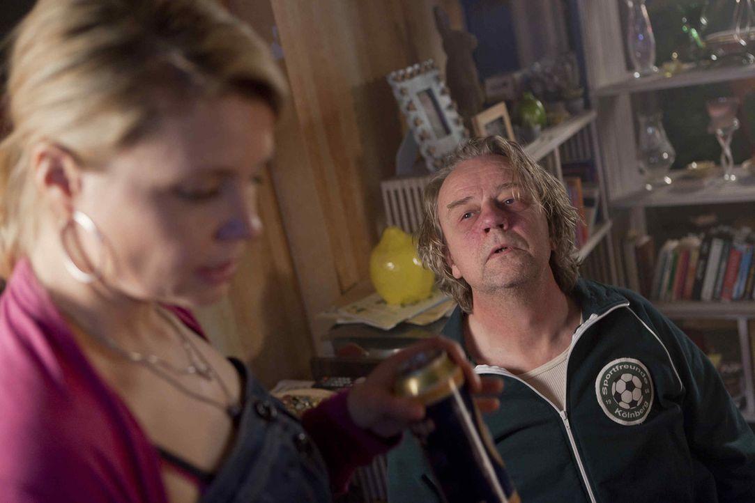 Ein neuer Fall für Danni (Annette Frier, l.): Kurt (Axel Siefer, r.) ist nicht gerade begeistert davon, dass seine Tochter einem Vergewaltiger beis... - Bildquelle: SAT.1