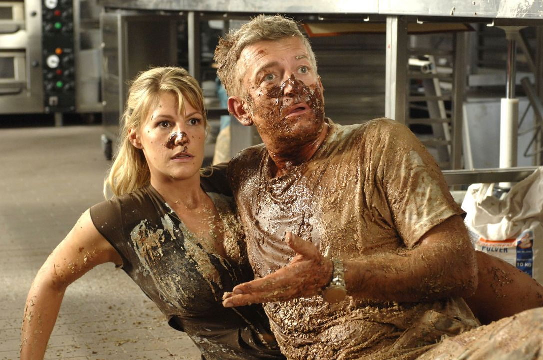 Nach überstandener Schokoladenschlacht ist alles geklärt: Katharina (Sophie Schütt, l.) und Pit (Dominic Raacke, r.) werden in der neuen Firma zu... - Bildquelle: Sat.1