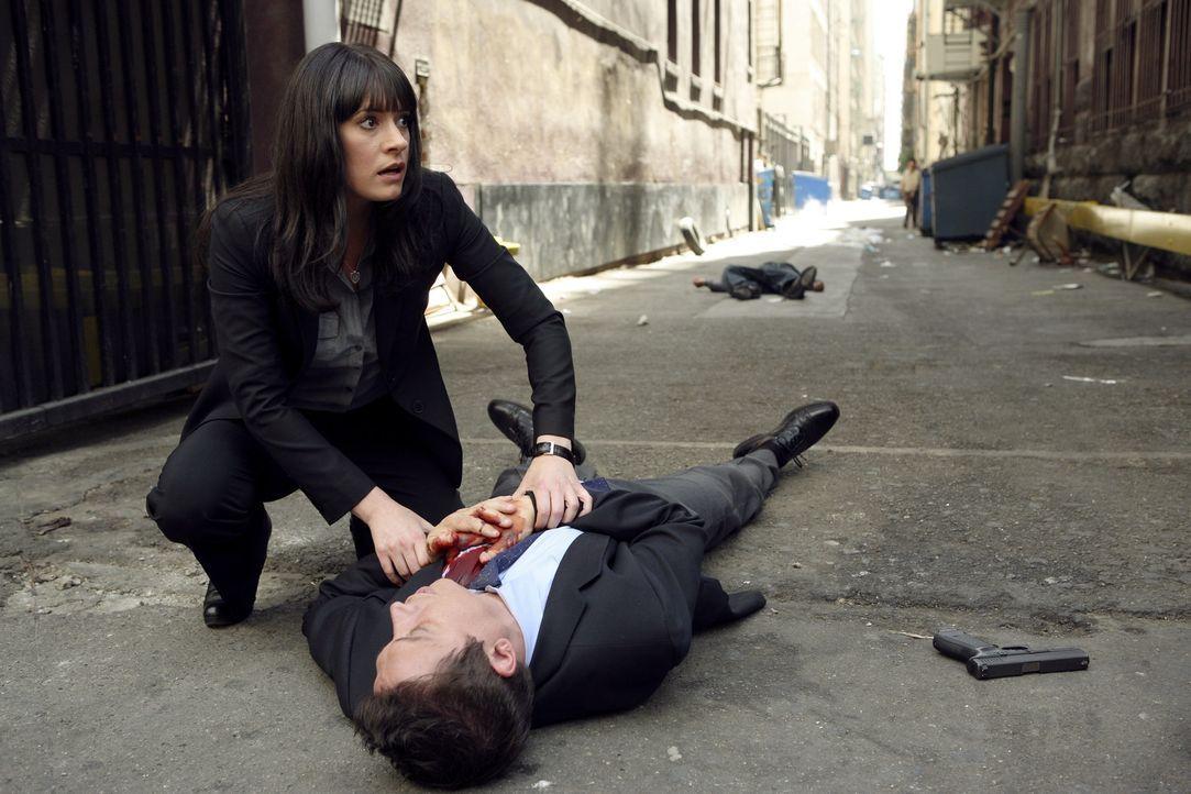 Im Visier des Täters: Emily Prentiss (Paget Brewster, l.) und Detective Cooper (Erik Palladino, r.) ... - Bildquelle: Touchstone Television