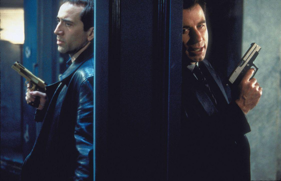 Bereits seit acht Jahren jagt der Chef einer Anti-Terroristen-Einheit, der charismatische FBI-Agent Sean Archer (John Travolta, r.), das kriminelle... - Bildquelle: Touchstone Pictures