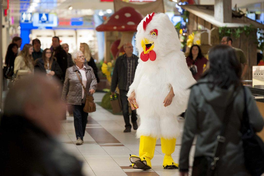 Undercover-Einsatz in einem Kaufhaus: Mick (Henning Baum), versteckt in einem Hühnchenkostüm, versaut einen wichtigen Einsatz. Zur Strafe wird er wi... - Bildquelle: Martin Rottenkolber SAT.1