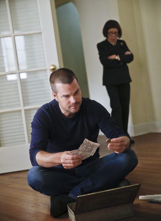 Während Hettys (Linda Hunt, r.) Team in einem neuen Fall ermittelt, entdeckt Callen (Chris O'Donnell, l.) neue Informationen über seinen Vater ... - Bildquelle: CBS Studios Inc. All Rights Reserved.