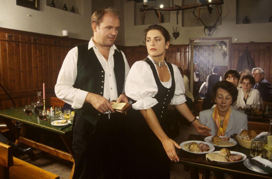 Helga Felsner (Christine Neubauer, r.), die Frau des renommierten Heurigenwirts Hans Felsner, kommt mit dem Servieren im Lokal kaum noch nach. Auch... - Bildquelle: Ali Schafler Sat.1