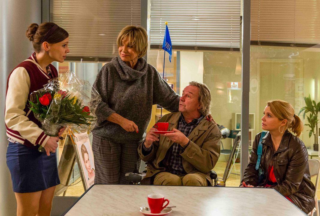 Während Danni (Annette Frier, r.) nicht damit zurechtkommt, dass ihre Mutter (Judy Winter, 2.v.l.) nach 30 Jahren wieder vor ihr steht, sind Kurt (A... - Bildquelle: Frank Dicks SAT.1