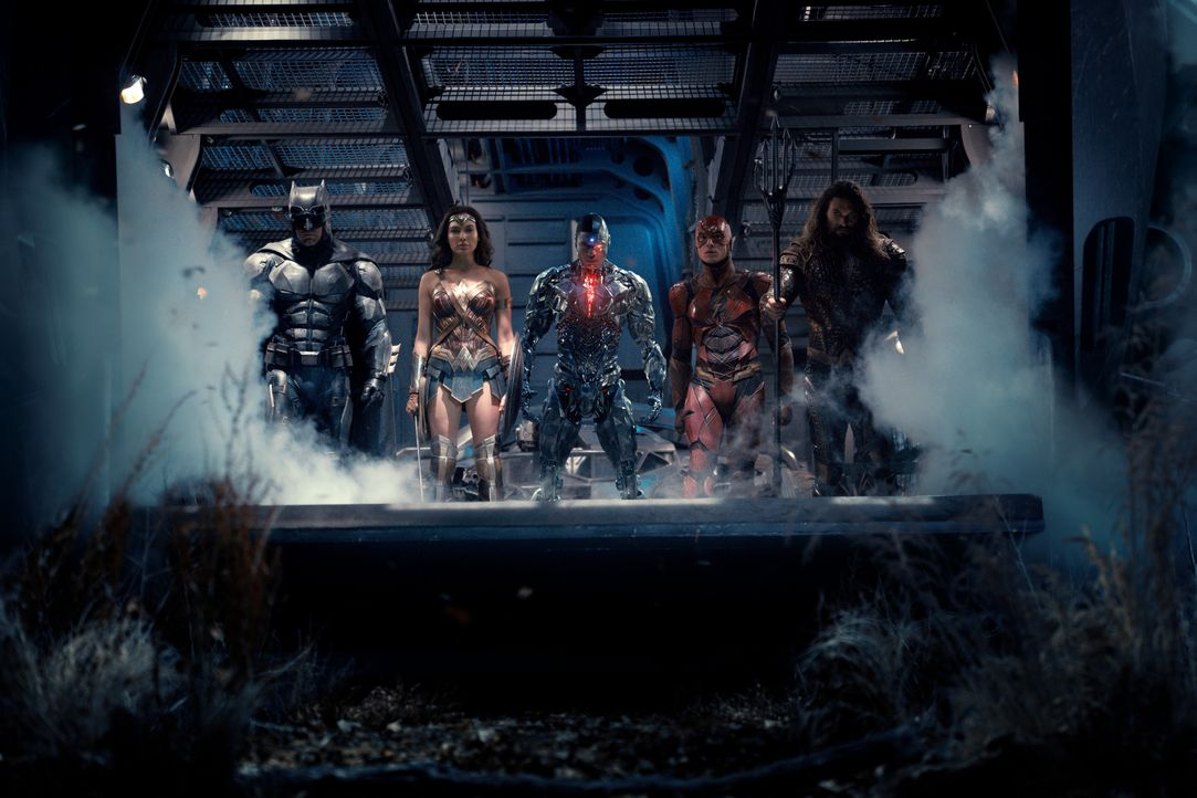 (v.l.n.r.) Bruce Wayne / Batman (Ben Affleck); Diana Prince / Wonder Woman (Gal Gadot); Cyborg / Victor Stone (Ray Fisher); Barry Allen / The Flash... - Bildquelle: Warner Bros.