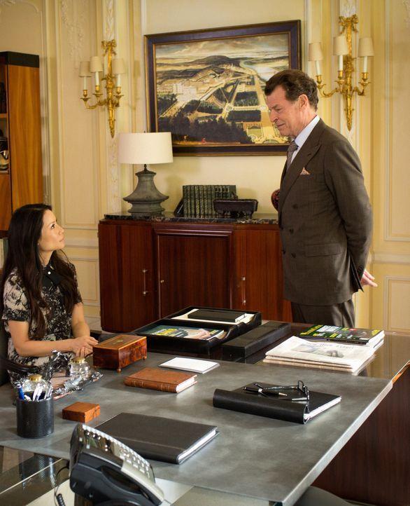 Morland (John Noble, r.) setzt sich für Sherlock und Joan (Lucy Liu, l.) ein, doch die beiden misstrauen seinen Motiven ... - Bildquelle: Tom Concordia 2015 CBS Broadcasting, Inc. All Rights Reserved