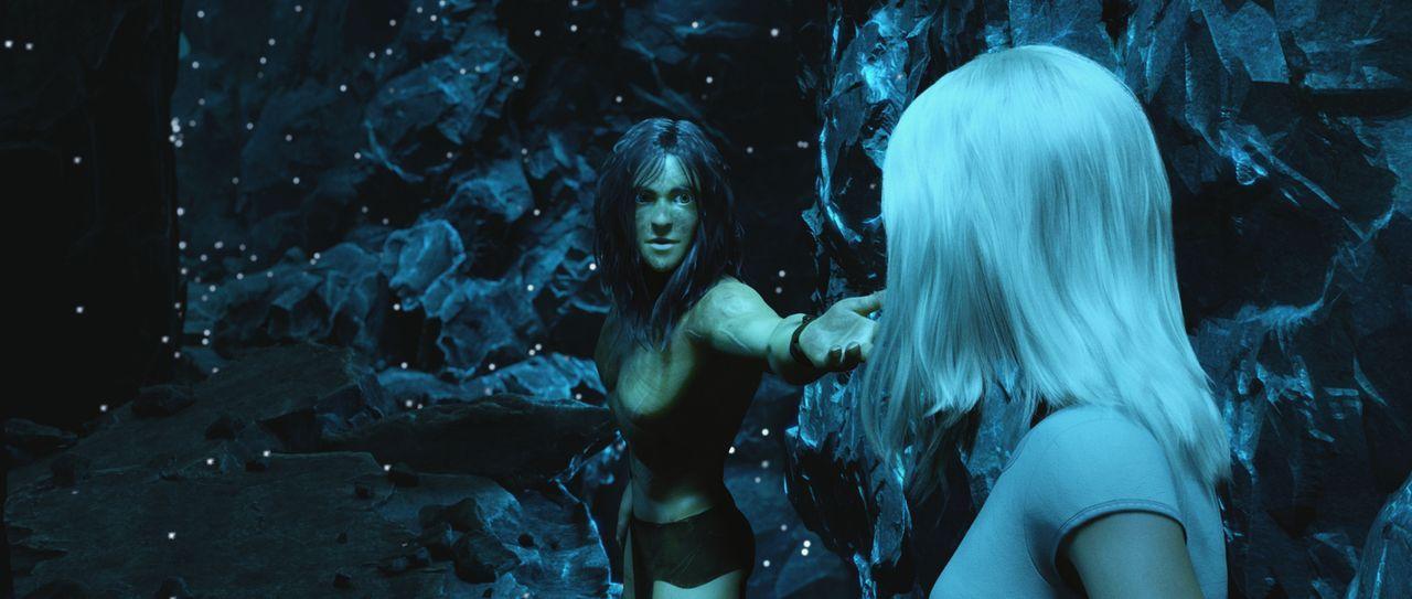 Tarzan (l.) fordert die hübsche Jane (r.) zum Tanz auf und reicht ihr erwartungsvoll seine Hand ... - Bildquelle: Constantin Film