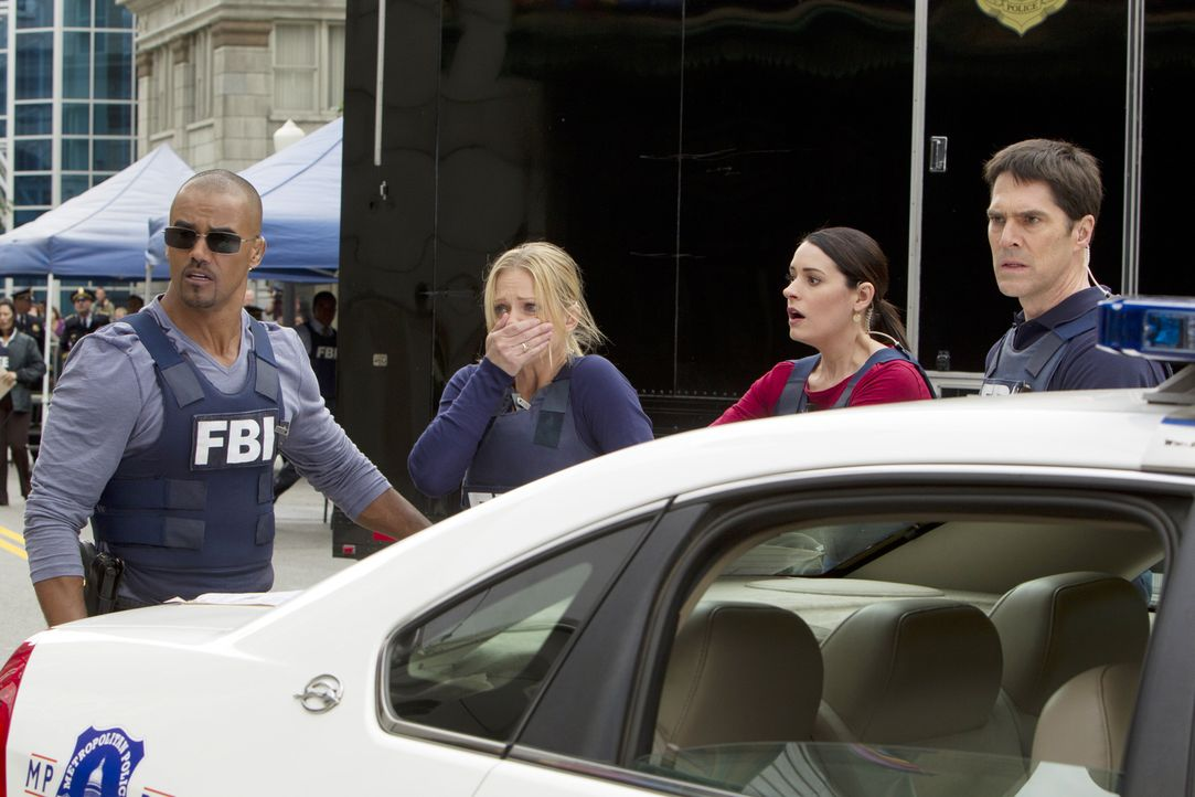 Das komplette BAU-Team wird zu einem Banküberfall in Washington D.C gerufen. Morgan (Shemar Moore, l.), JJ (A. J. Cook, 2.v.l.), Prentiss (Paget Bre... - Bildquelle: ABC Studios