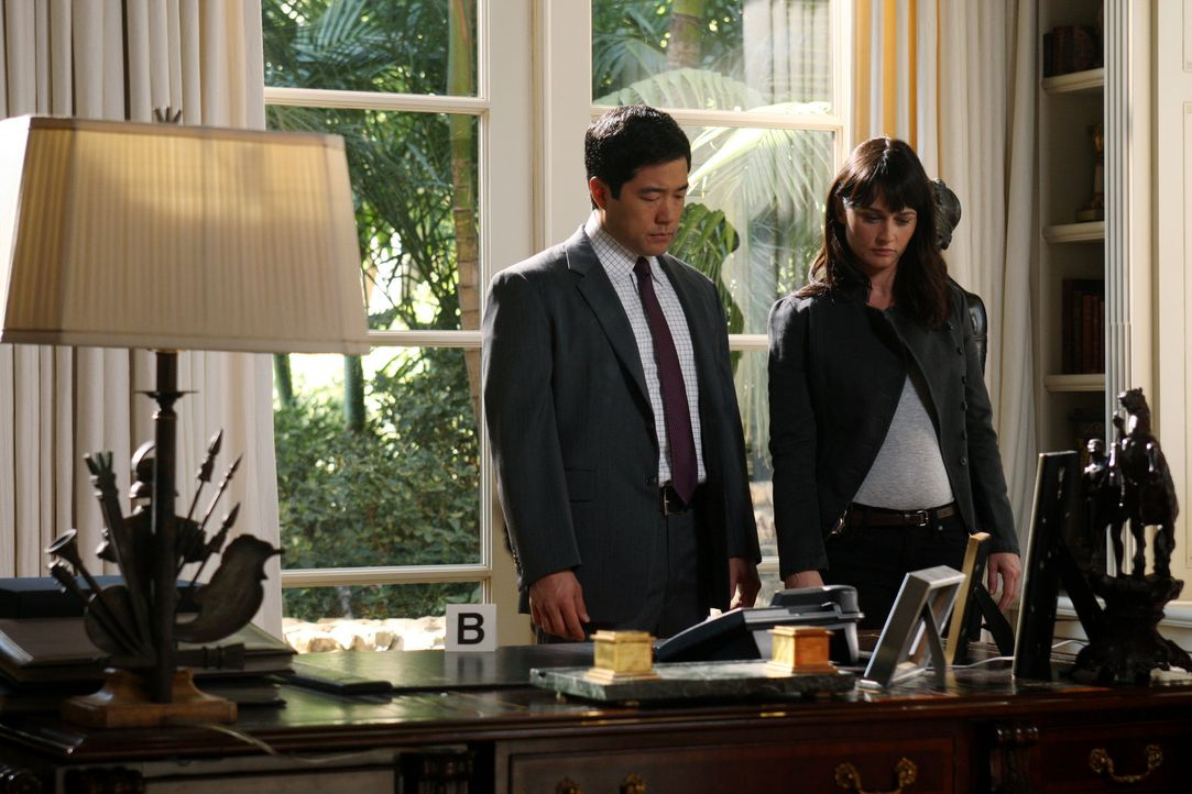 Ermitteln im Mordfall Xander Harrington: Kimball (Tim Kang, l.) und Teresa (Robin Tunney, r.) ... - Bildquelle: Warner Brothers Entertainment Inc.