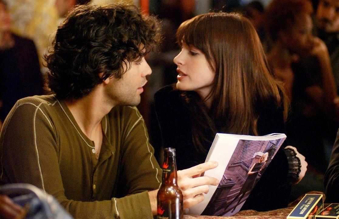 Eigentlich waren Andy (Anne Hathaway, r.) und ihr bodenständiger Freund Nate (Adrian Grenier, l.) glücklich, doch Andys Job in der New Yorker Fashio... - Bildquelle: 2006 Twentieth Century Fox