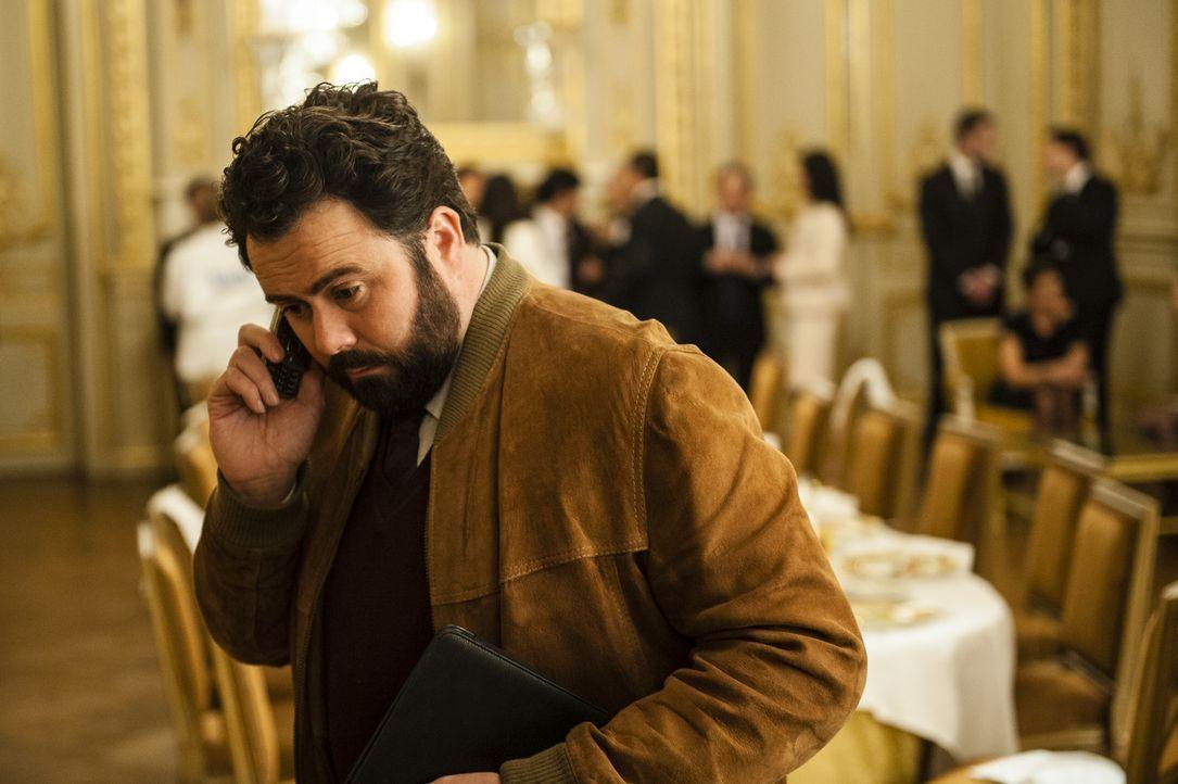 Bei einem Nobeldinner mitten in Paris, muss die Polizei einschreiten. Normand (Celyn Jones) untersucht zusammen mit seinen Kollegen das Dessert des... - Bildquelle: Stéphanie Dupont Atlantique Productions