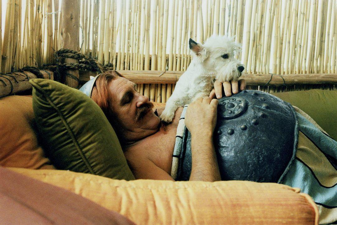 Mittagspause für Obelix (Gerald Depardieu) und seinen süßen Idefix ... - Bildquelle: Tobis StudioCanal