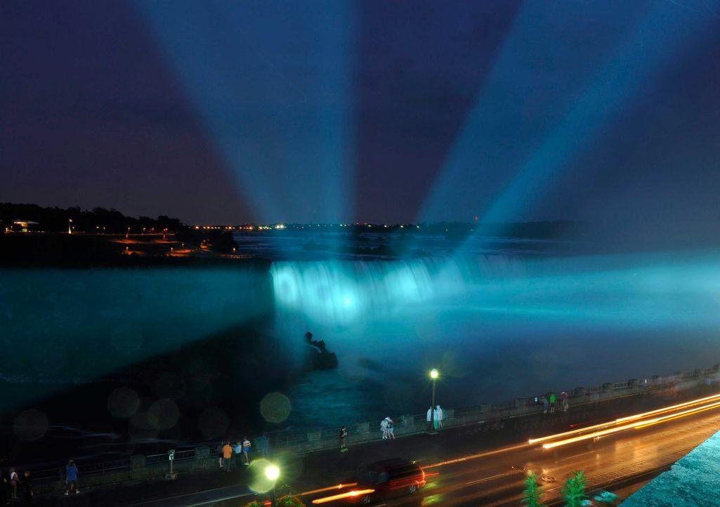 Die angestrahlten Niagara-Fälle waren ein Hingucker - Bildquelle: dpa, Verwendung nur in Deutschland