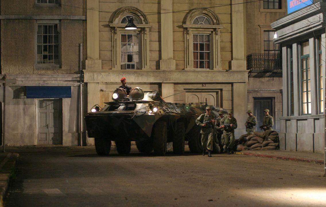 Als kommunistische Rebellen die US-Botschaft in Moldawien belagern und den Botschafter erschießen, behält nur der Sicherheitschef einen kühlen Ko... - Bildquelle: 2005 Micro Fusion 2004-15 LLP. All rights reserved.