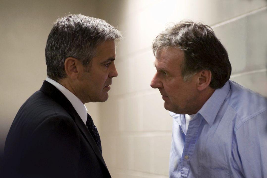 Um seinen Arbeitgeber nach dem Zusammenbruch des Staranwalts Arthur Edens (Tom Wilkinson, r.) zu retten, muss Michael Clayton (George Clooney, l.) j... - Bildquelle: Constantin Film Verleih GmbH