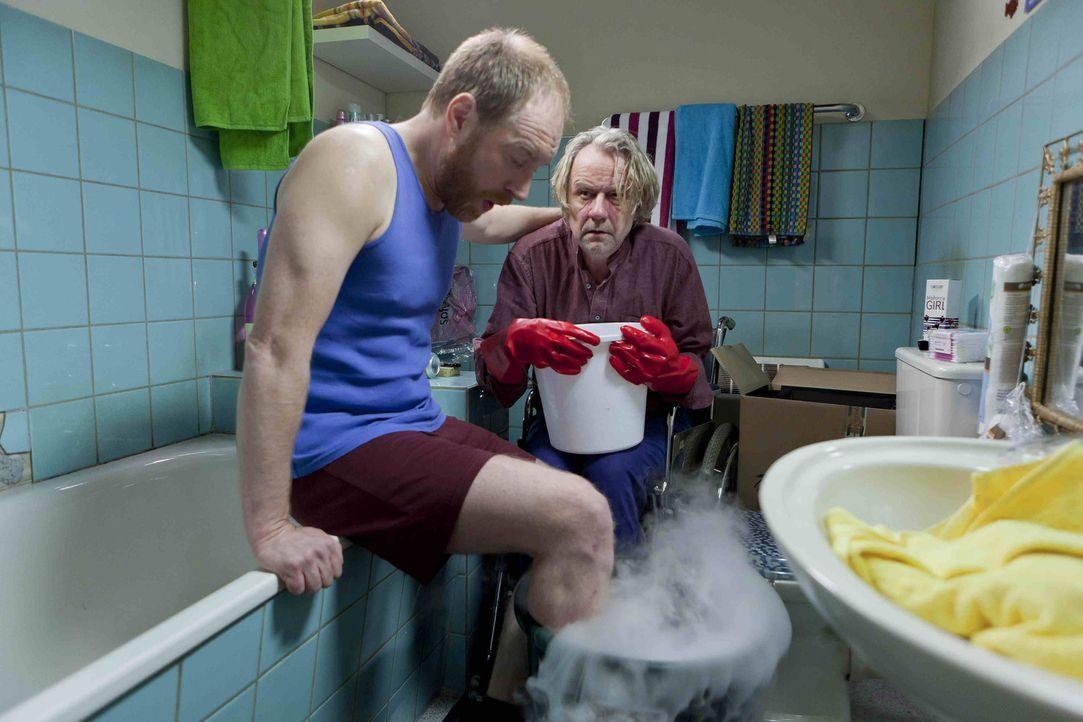 Kurt (Axel Siefer, r.) schließt Bekanntschaft mit Tom (Rainer Sellien, l.), einem BIID-Patienten, der die Amputation seines gesunden Beines einklag... - Bildquelle: SAT.1