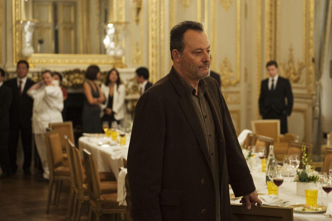 Kommissar Jo St-Clair (Jean Reno) ist einer giftigen Spur auf der Fährte. Mit seinem Kollegen Bayard stürmt er ein Restaurant. Werden sie es noch... - Bildquelle: Stéphanie Dupont Atlantique Productions