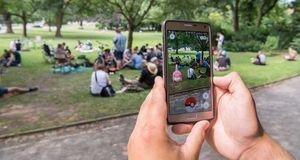 Dieser Spieler hat ein Pokémon im Park entdeckt.