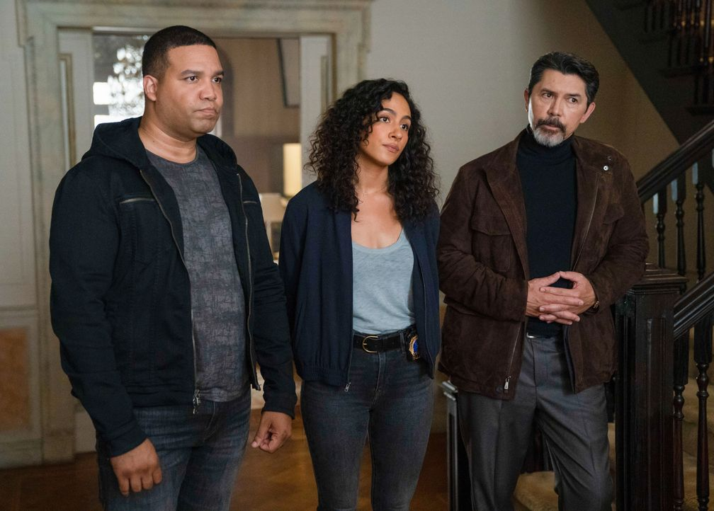 (v.l.n.r.) JT Tarmel (Frank Harts); Dani Powell (Aurora Perrineau); Gil Arroyo (Lou Diamond Phillips) - Bildquelle: Peter Kramer 2019 Warner Bros. Entertainment Inc. All Rights Reserved. / Peter Kramer