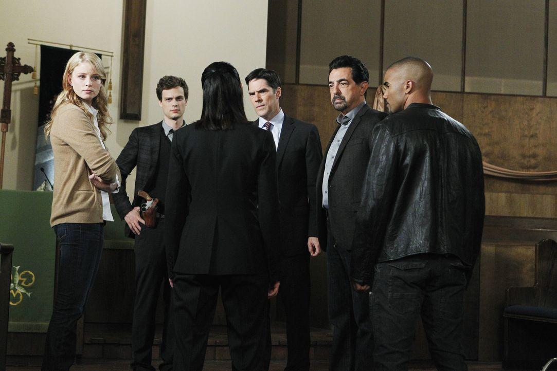 In einer Mustersiedlung in New Mexiko stranguliert ein Serienmörder nachts Frauen. Das Team um Reid (Matthew Gray Gubler, 2.v.l.), Prentiss (Paget... - Bildquelle: ABC Studios