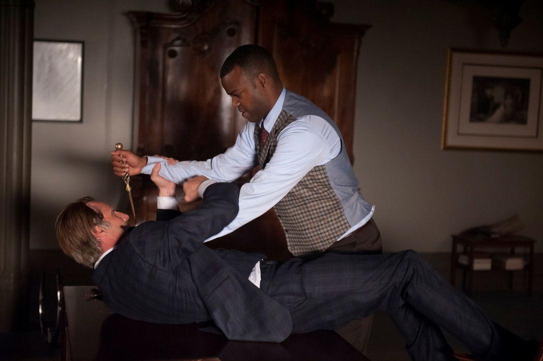 Es kommt zum Kampf zwischen den Konkurrenten Hannibal (Mads Mikkelsen, l.) und Tobias Budge (Demore Barnes, r.). Wer wir als Sieger hervorgehen? - Bildquelle: Brooke Palmer 2013 NBCUniversal Media, LLC