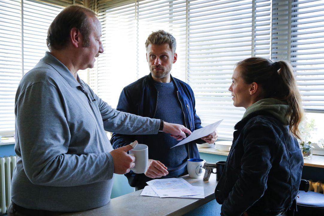 (v.l.n.r.) Richard Hofreiter (Rainer Reiners); Elias Decker (Jens Atzorn); Caro Belzig (Franziska Wulf) - Bildquelle: Richard Hübner SAT.1/Richard Hübner