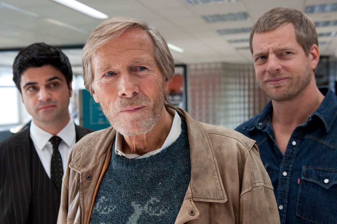 Für Mick (Henning Baum, r.) ist er ein unschuldiger alter Mann, für Andreas (Maximilian Grill, l.) hingegen ist Hannes Kampeter (Horst Janson, M.) e... - Bildquelle: Martin Rottenkolber SAT.1