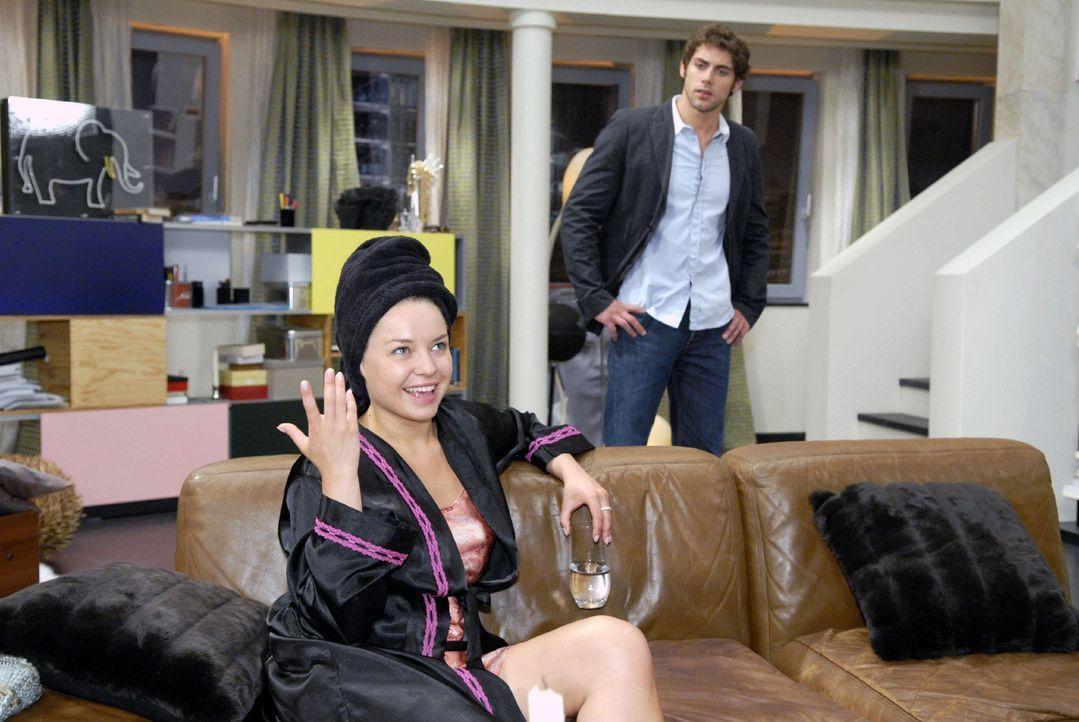 Katja (Karolina Lodyga, l.) versucht ihr schlechtes Gewissen vor Jonas (Roy Peter Link, r.) zu überspielen. - Bildquelle: Sat.1