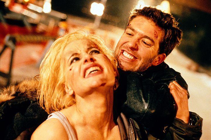 Nach einem schweren Autounfall beginnt sich bei Charly (Geena Davis, l.) der Nebel des Vergessens langsam zu lüften, und sie erinnert sich langsam a... - Bildquelle: Warner Bros. Entertainment, Inc.