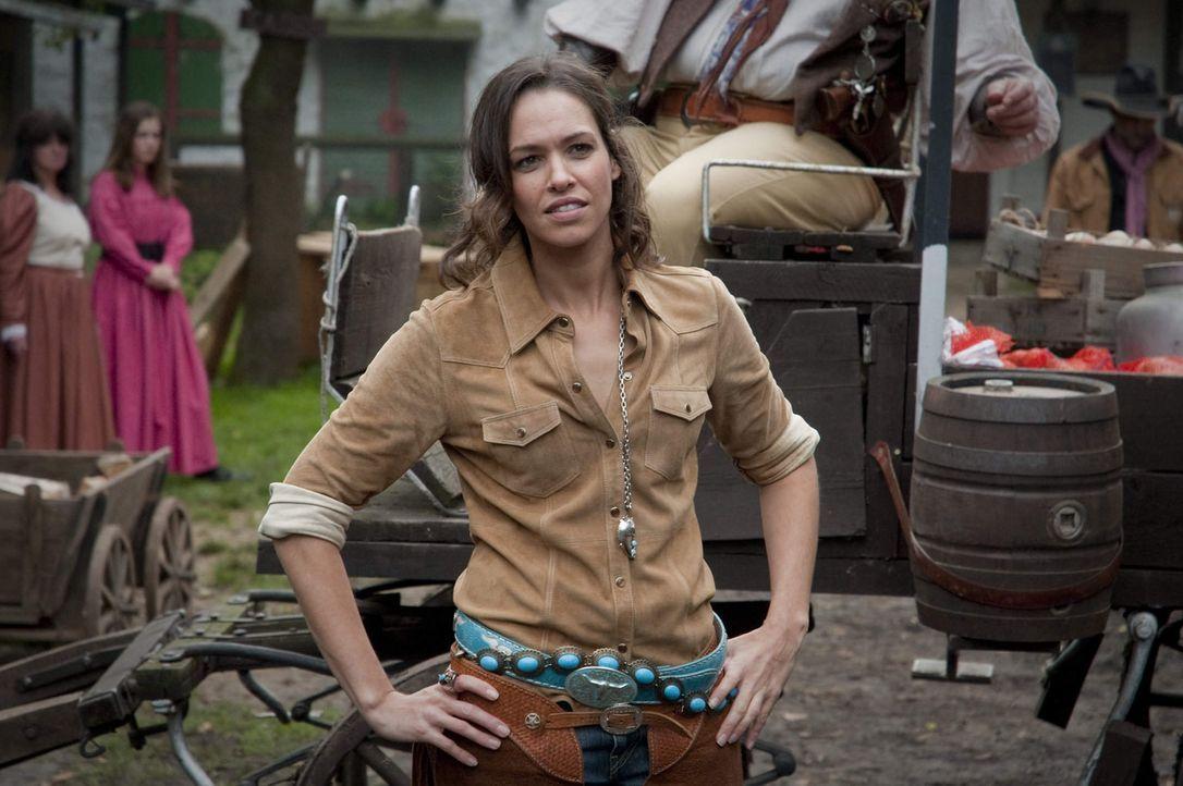 Cowgirl Maike Tamm (Nadine Brandt, r.) hatte ein Verhältnis mit dem Ermordeten. Jetzt soll sie ihrem Ehemann ein hieb- und stichfestes Alibi liefer... - Bildquelle: SAT.1