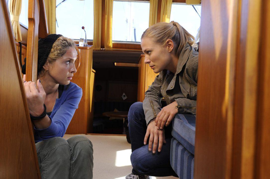 Während im Garten unbekümmert gefeiert wird, sitzt Nina (Maria Wedig, l.) im Boot von Sandra (Eveline Suter, r.) und Frank in der Falle ... - Bildquelle: SAT.1