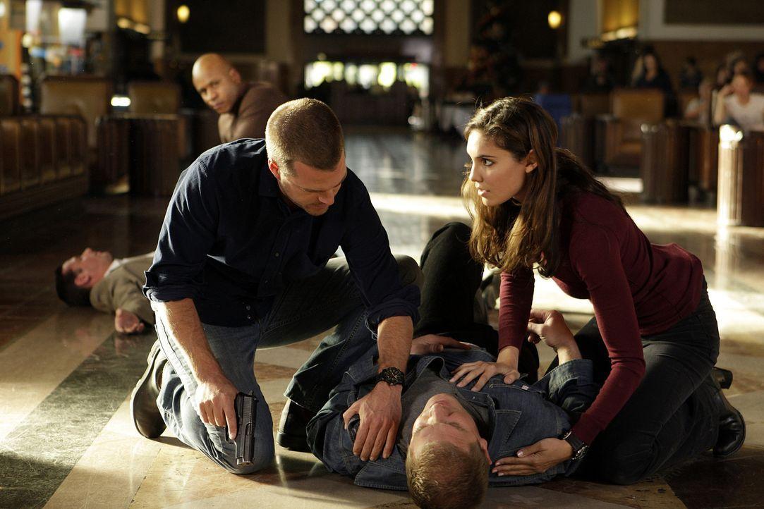 Um in einem Mordfall weiterzukommen muss Callen (Chris O'Donnell, M.) in seine alte Identität schlüpfen. Gemeinsam mit Kensi (Daniela Ruah, r.) un... - Bildquelle: CBS Studios Inc. All Rights Reserved.