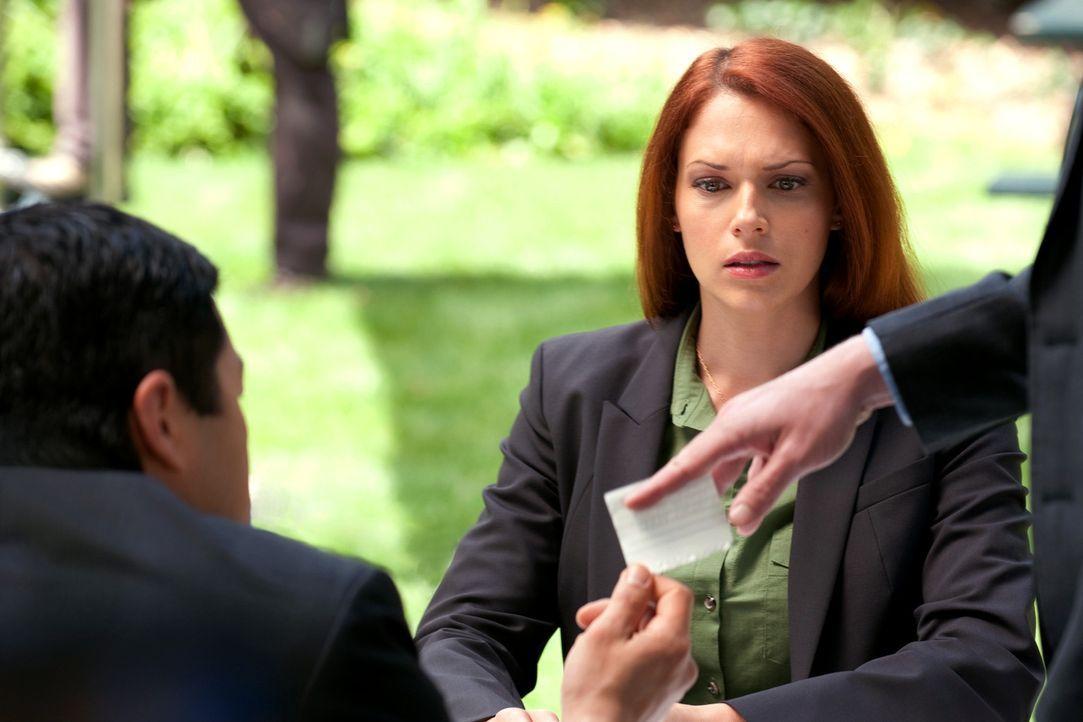 Versuchen einen neuen Fall zu lösen: Grace (Amanda Righetti, r.), Kimball (Tim Kang, l.) und das restliche Team ... - Bildquelle: Warner Bros. Television