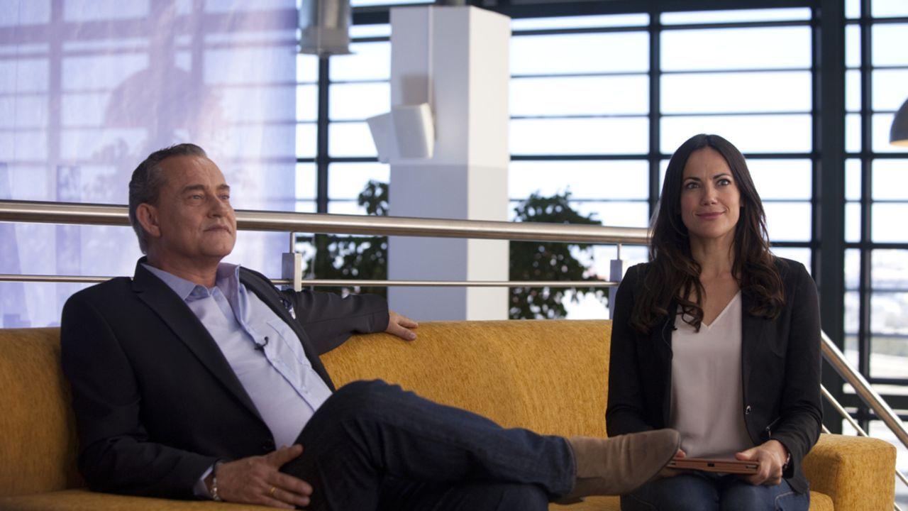 Das Interview mit Daniel König (Rolf Kanies, l.) endet desaströs, als Katrin (Bettina Zimmermann, r.), die ja nicht länger lügen kann, mit der unges... - Bildquelle: Charlie Sperring SAT.1