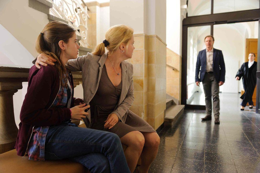 Als ihr Vater (Christoph Grunert, r.) und ihre Mutter (Anette Frier, M.) beim Scheidungstermin eine Entscheidung, wo sie zukünftig leben möchte, v... - Bildquelle: Willi Weber SAT.1