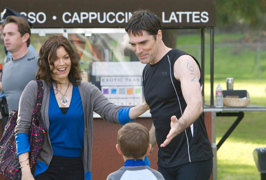 Lernen sich kennen: Beth (Bellamy Young, l.) und Hotchs (Thomas Gibson, r.) Sohn Jack (Cade Owens, M.) ... - Bildquelle: ABC Studios