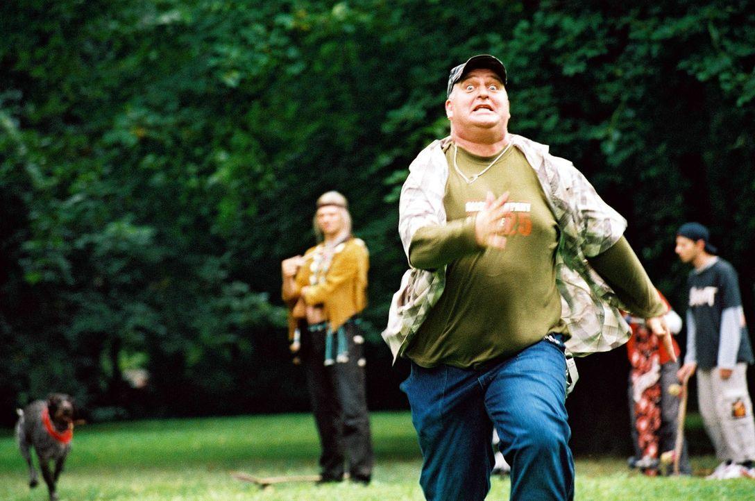 """Skater (Markus Maria Profitlich, r.) """"findet"""" im Park einen Indianer (Philipp Schepmann, l.) und wird von dessen Hund gejagt. - Bildquelle: Gordon Mühle Sat.1"""