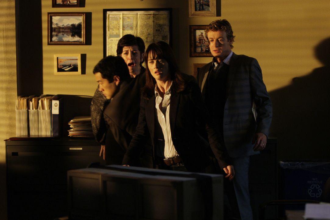 Grüße von Red John: Kimball (Tim Kang, l.), Teresa (Robin Tunney, 2.v.r.), Patrick (Simon Baker, r.) und Rebecca (Shauna Bloom, 2.v.l.) - Bildquelle: Warner Bros. Television