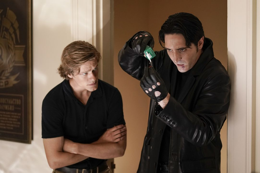 MacGyver (Lucas Till, l.); Murdoc (David Dastmalchian, r.) - Bildquelle: Jace Downs 2018 CBS Broadcasting, Inc. All Rights Reserved