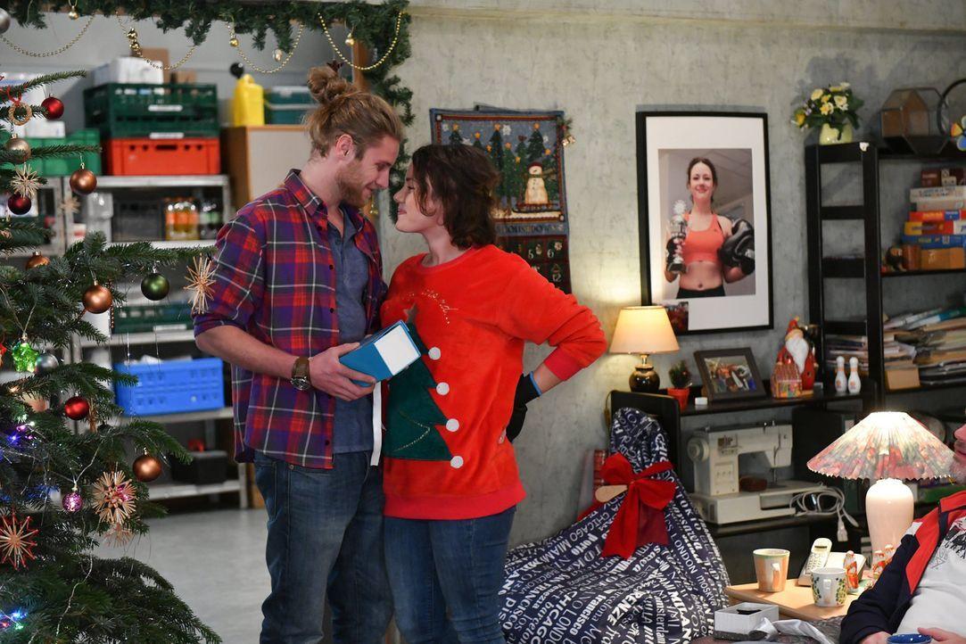 Verbringen ihr erstes Weihnachten zusammen: Henning (Martin Augustin Schneider, l.) und Jenni (Anna Mennicken, r.) ... - Bildquelle: Claudius Pflug SAT.1/Claudius Pflug