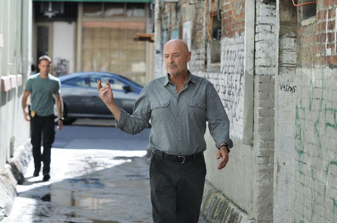Während ein alter Bekannter dem Team bei der Untersuchung eines bewaffneten Überfalls hilft, sieht sich Joe (Terry O'Quinn, r.) gezwungen, Steve (... - Bildquelle: TM &   CBS Studios Inc. All Rights Reserved.