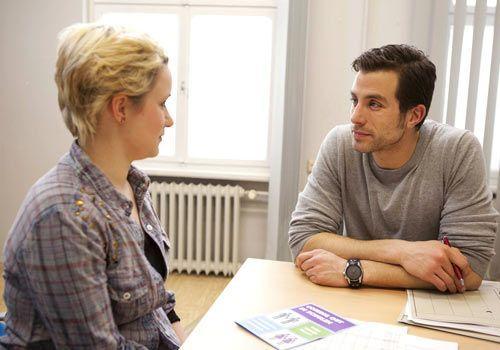 Emma wendet sich auf der Suche nach Hilfe an Michael und öffnet sich dabei mehr als beabsichtigt ...  - Bildquelle: David Saretzki - Sat1