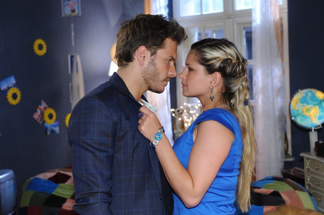 Mia (Josephine Schmidt, r.) und Enrique (Jacob Weigert, l.) lassen sich von ihren Gefühlen überwältigen ... - Bildquelle: SAT.1