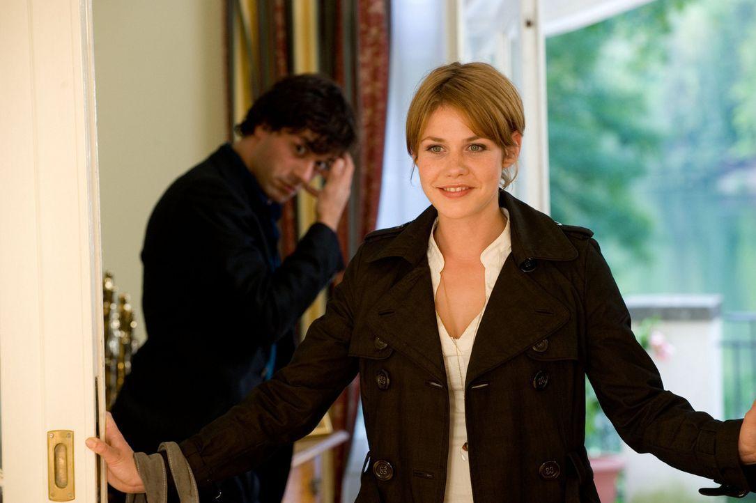 Schon bald müssen Mia (Felicitas Woll, r.) und Stani (Kai Schumann, l.) erkennen, dass auch viel Geld fehlenden Schönheitssinn nicht ersetzen kann... - Bildquelle: SAT.1