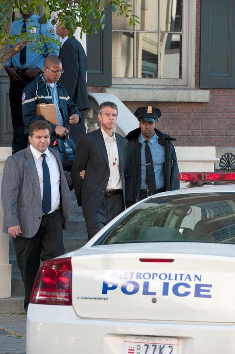 Kurz nachdem er auf Bewährung freigelassen wurde, begeht Donald Sanderson (Kyle Secor, vorne M.) einen Mord. Doch was war das Motiv dafür? Das BAU-T... - Bildquelle: ABC Studios