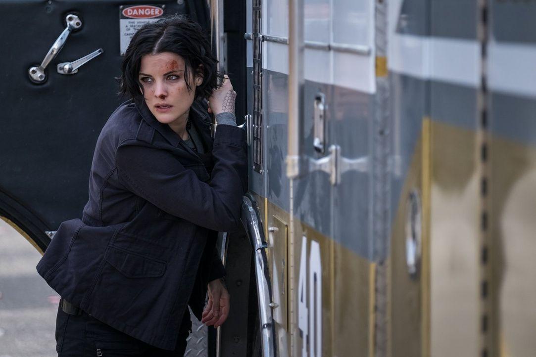 Schwebt in Lebensgefahr: Jane (Jaimie Alexander) ist sich nicht sicher, ob sie diese brenzlige Situation überleben wird ... - Bildquelle: 2016 Warner Brothers