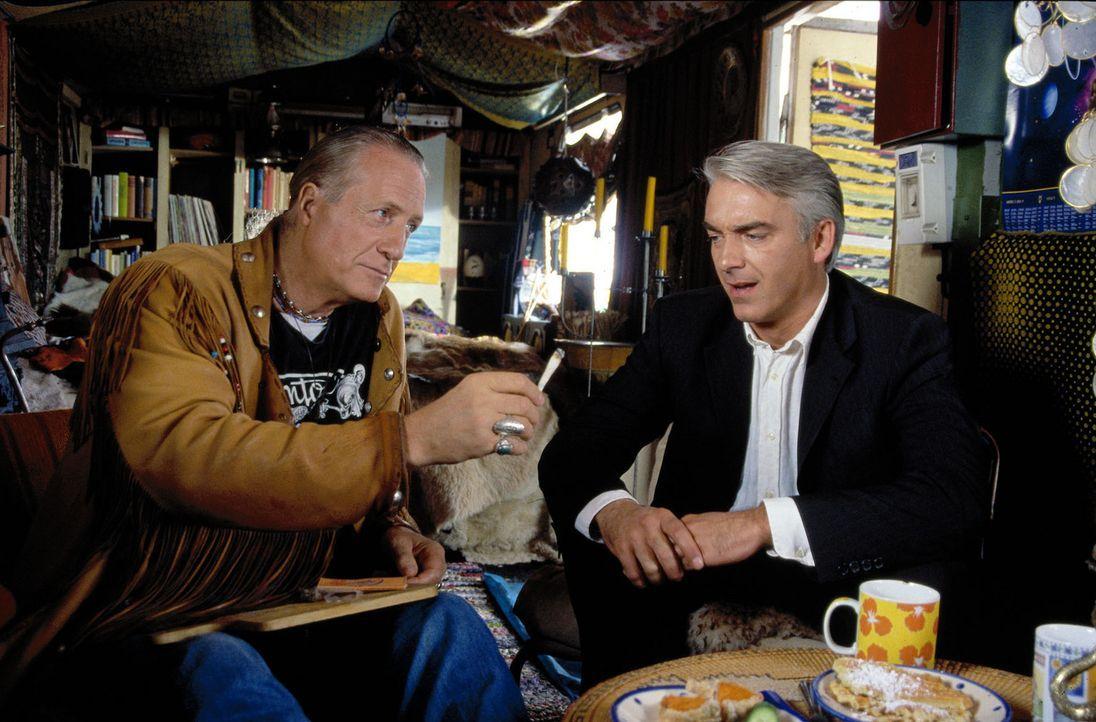 Felix (Christoph M. Ohrt, r.) vertritt Walter (Reiner Schöne, l.) und Anita Kilian, zwei alte Hippies. Erst wurden sie wegen unsittlichen Nacktbade... - Bildquelle: Spitz Sat.1